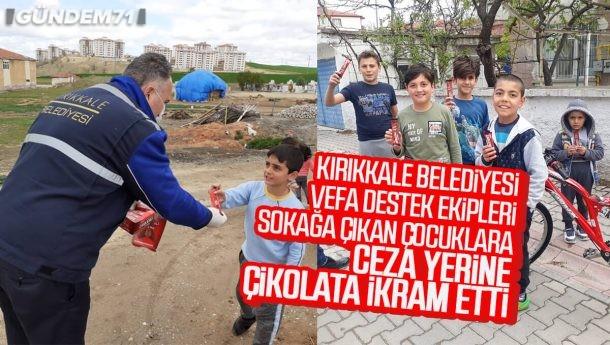 Kırıkkale Belediyesi Vefa Destek Ekipleri, Sokağa Çıkan Çocuklara Çikolata İkram Etti