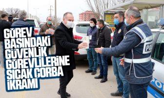 Kırıkkale Belediyesi'nden Görev Başındaki Güvenlik Görevlilerine Sıcak Çorba İkramı